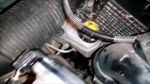Arabanın motor kısmına sıkışan kediyi itfaiye kurtardı