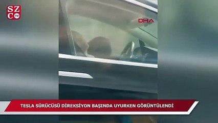Tesla sürücüsü direksiyon başında uyurken görüntülendi