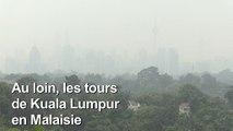 Un épais brouillard enveloppe les tours de Kuala Lumpur