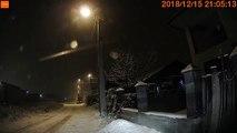Ce conducteur prend sans le vouloir un raccourci par les champs sous la neige...