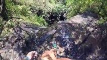 Elle se rapproche beaucoup trop du bord d'une chute d'eau à Hawaï etglisse