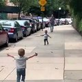 Deux enfants se retrouvent dans la rue