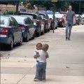 Ces deux enfants qui se retrouvent dans la rue vont vous faire craquer
