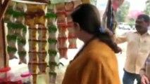 अचानक पान की दुकान पर पहुंचीं स्मृति ईरानी, बोलीं- 'प्लीज पॉलीथिन का यूज न करें'