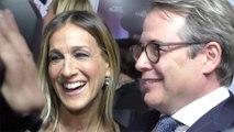 Sarah Jessica Parker steht mit Ehemann Matthew Broderick auf der Broadway-Bühne