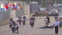Un pilote chute avant le départ d'une course de motos