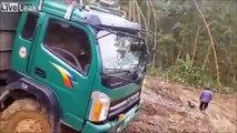 Meilleur conducteur ! Il manie son camion dans 1m de boue !
