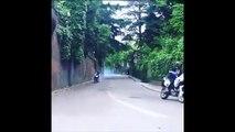 Il se fait tirer par une moto  en fauteuil roulant et rate son virage
