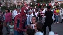 """""""SpiderRoman""""...Sosyal medyanın yeni fenomeni, Roman havası oynayan 'Örümcek Adam' İhlas Haber..."""