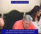 El portavoz de Bildu en el Ayuntamiento de Pamplona, Joseba Asirón, pone por delante la ikurriña a la bandera de Navarra