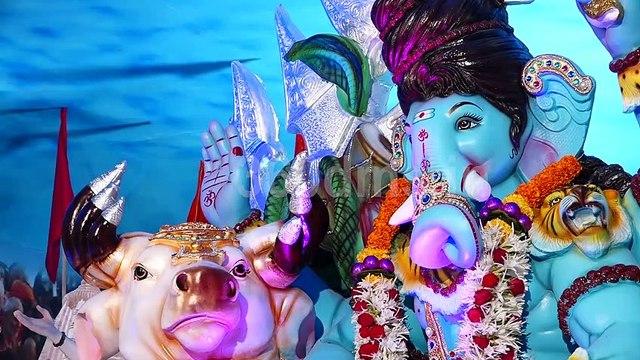 Kartik Aryan, Varun Dhawan and Other Celebs Visit T-Series Office to take Ganpati Blessing