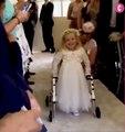 Atteinte d'une malformation qui l'empêche de marcher, cette petite fille fait ses premiers pas au mariage de sa mère