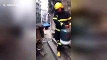 Un pompier chinois héroïque sort une bonbonne de gaz en feu d'un immeuble