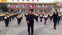 En chine même le directeur de l'école doit danser avec les élèves dès le matin