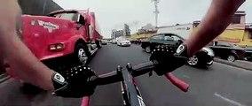 Ce cycliste complètement fou roule à contre-sens entre les voitures !