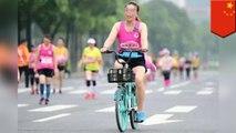 跑半馬好累 中國女子作弊偷騎腳踏車