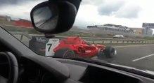 Il hallucine quand il voit une Formule 1 le doubler sur l'autoroute !
