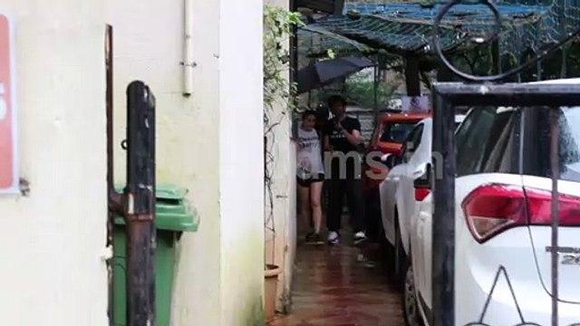 Watch How Kartik Aryan Take Care of Gf Sara Ali Khan in Rain