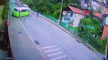 Halk otobüsünün otomobile çarpma anı