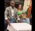 Cet homme a une drôle de façon de draguer une fille dans le métro !