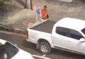 Un homme se fait griller en train de voler un escabeau à l'arrière d'un pick-up !