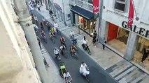 Mariage en fanfare et à vélo au centre-ville de Besançon