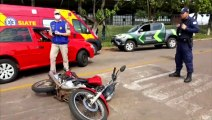 Mulher fica ferida em colisão entre carro e moto na Rua Juscelino Kubitschek