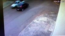 Vídeo mostra ciclista sendo arremessado na via após ser atingido por carro