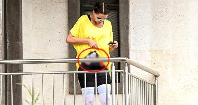 İngiliz manken Danielle Lloyd, estetik yaptırdığı kliniğin balkonunda karnındaki kan torbalarıyla dikkat çekti
