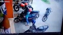 Une femme en galère pour faire son créneau... en moto