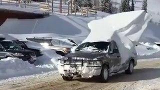 Il a oublié de déneiger sa voiture... Gros glaçon sur le toit