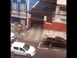 Un homme prit en flagrant délit en train de voler un escabeau à l'arrière d'un pick-up !