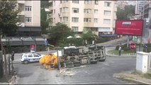Beşiktaş'ta beton mikseri devrildi