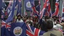 مواجهات مع الشرطة في احتجاجات هونغ كونغ والمتظاهرون يرفعون أعلام أمريكا وبريطانيا