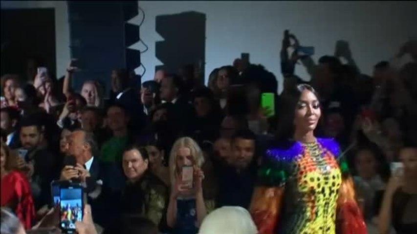 Naomi Campbell vuelve deslumbrante a la pasarela londinense por una buena causa