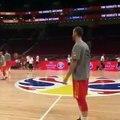 Basket-Ball - Víctor Claver se marca una canasta imposible en el entrenamiento de la selección española de baloncesto