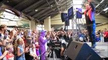 Valence: Bernard Minet chante Bioman sur scène à Mangalaxy