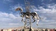 Cette sculpture de cheval en mouvement filmée au Burning man est magnifique