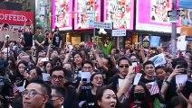 """Khu vực quảng trường TimeSquare, New York, Mỹ ~17h30 ngày 15/09/2019 (GMT-5): Hoàng Chi Phong ( Joshua Wong Chi Fong ), Lương Khai Bình ( Brian Leung Kai Ping ) và những người có mặt đồng thanh hát bài """"quốc ca"""" Vinh quang Hong Kong 願榮光歸香港 Glory be to the"""