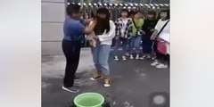 Este profesor les lava la cara a sus alumnas por ir maquilladas a clase