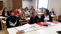 Suzon élève de seconde signe l'alphabet dans le cours de langue des signes du lycée de la Sagesse à Valenciennes