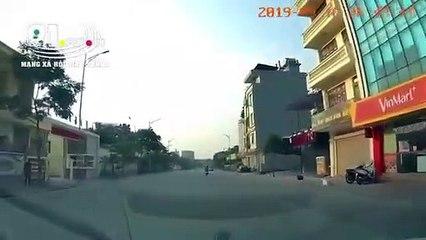 Nam thanh niên lái xe máy tốc độ cao, tông trực diện và ôtô của cảnh sát