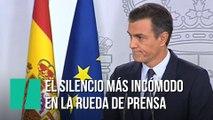 El silencio más incómodo cuando un periodista le pregunta a Sánchez si dimitirá