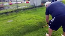 Il découvre une énorme bulle dans sa pelouse et décide de la percer
