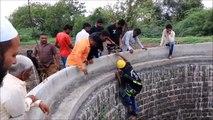 Des villageois viennent en aide à un cobra tombé dans un puis