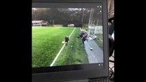 Un entraineur de foot stoppe un ballon poussé par le vent... mais attendez la suite