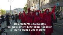 """Le mouvement écologiste Extinction Rebellion marque la fin de la fashion week de Londres avec une """"marche funèbre"""""""