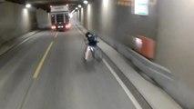 Un cycliste percute une barrière et tombe sur la route juste devant un camion