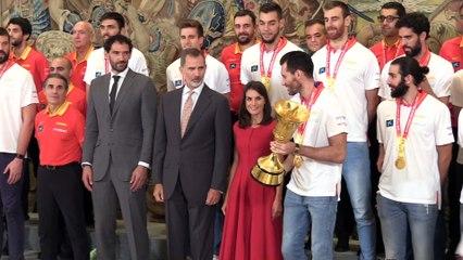 El 'no' de Letizia al rey Felipe en la celebración de la selección española de baloncesto en Zarzuela