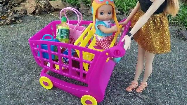 Frozen Anna deja que su Hijo Gabriel conduzca el Auto y choca Contra el auto de Barbie!!